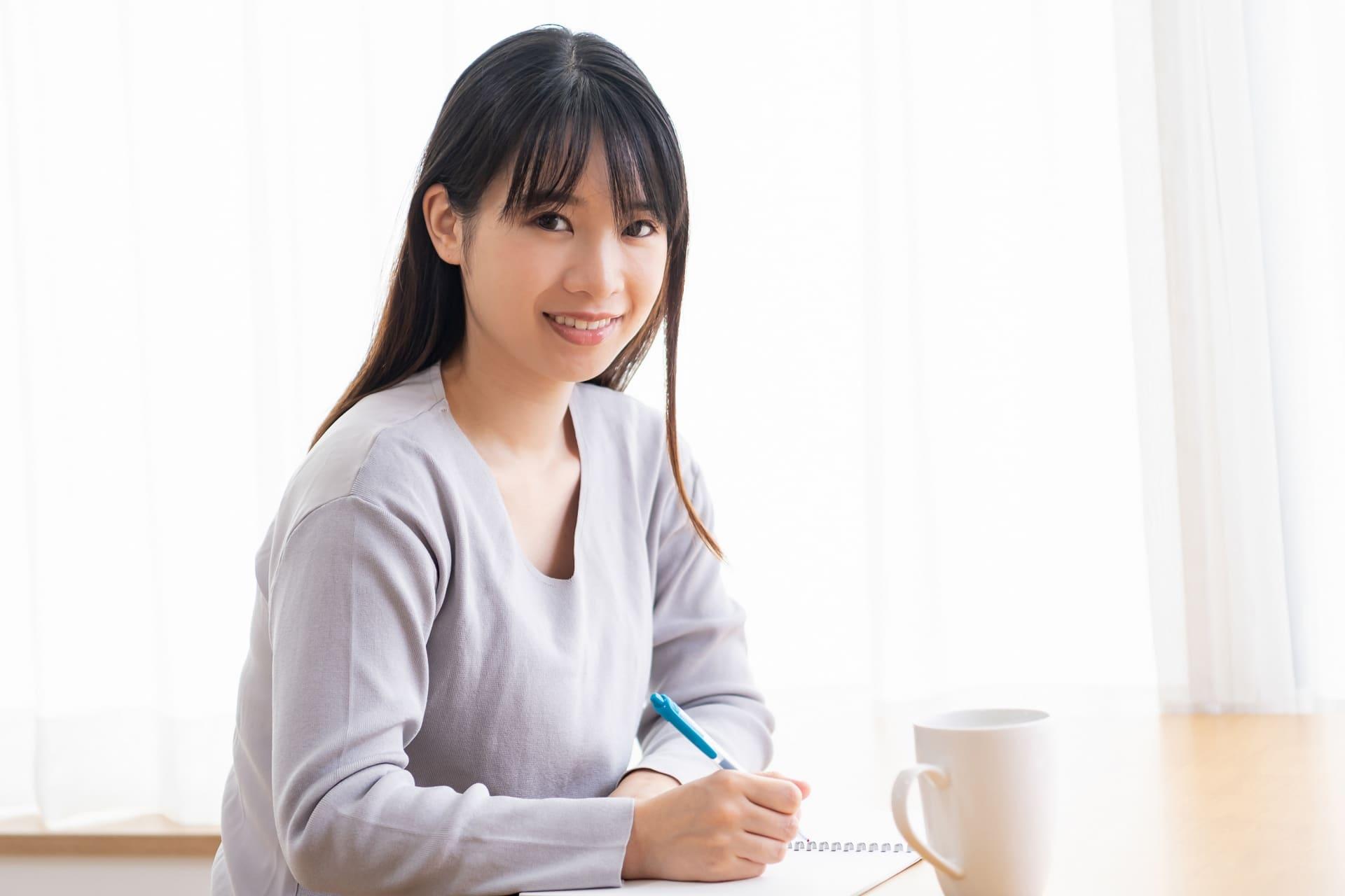 勉強中の女性の画像