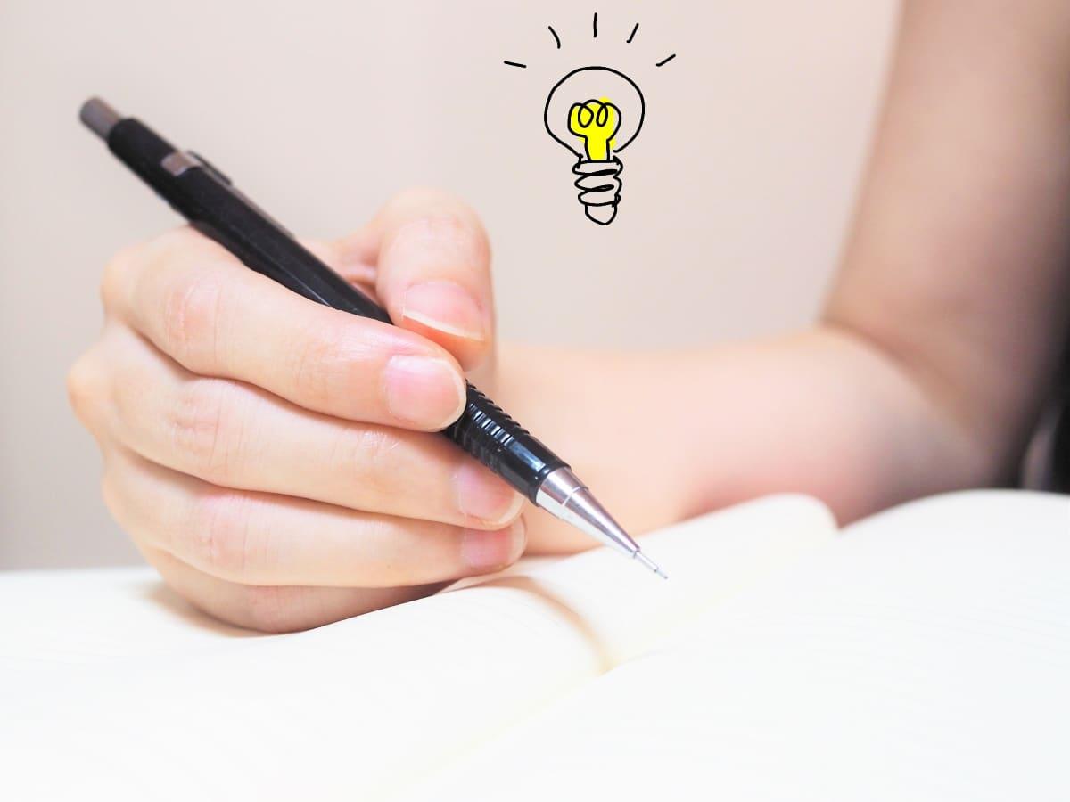 女性の手、シャープペンシル、ノート