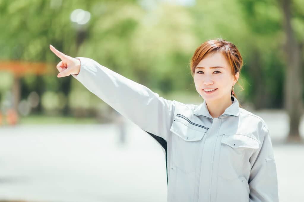 指をさす作業員女性