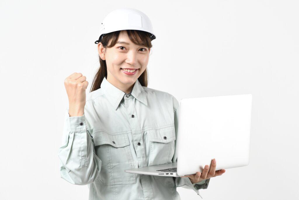 施工管理の女性とパソコン