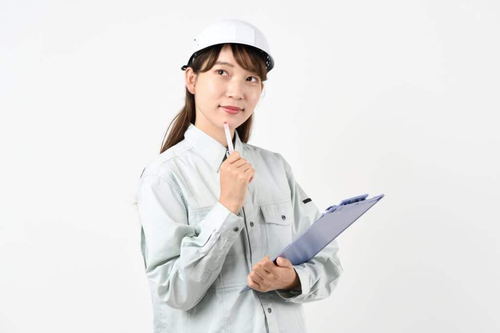 考える作業服を着た女性