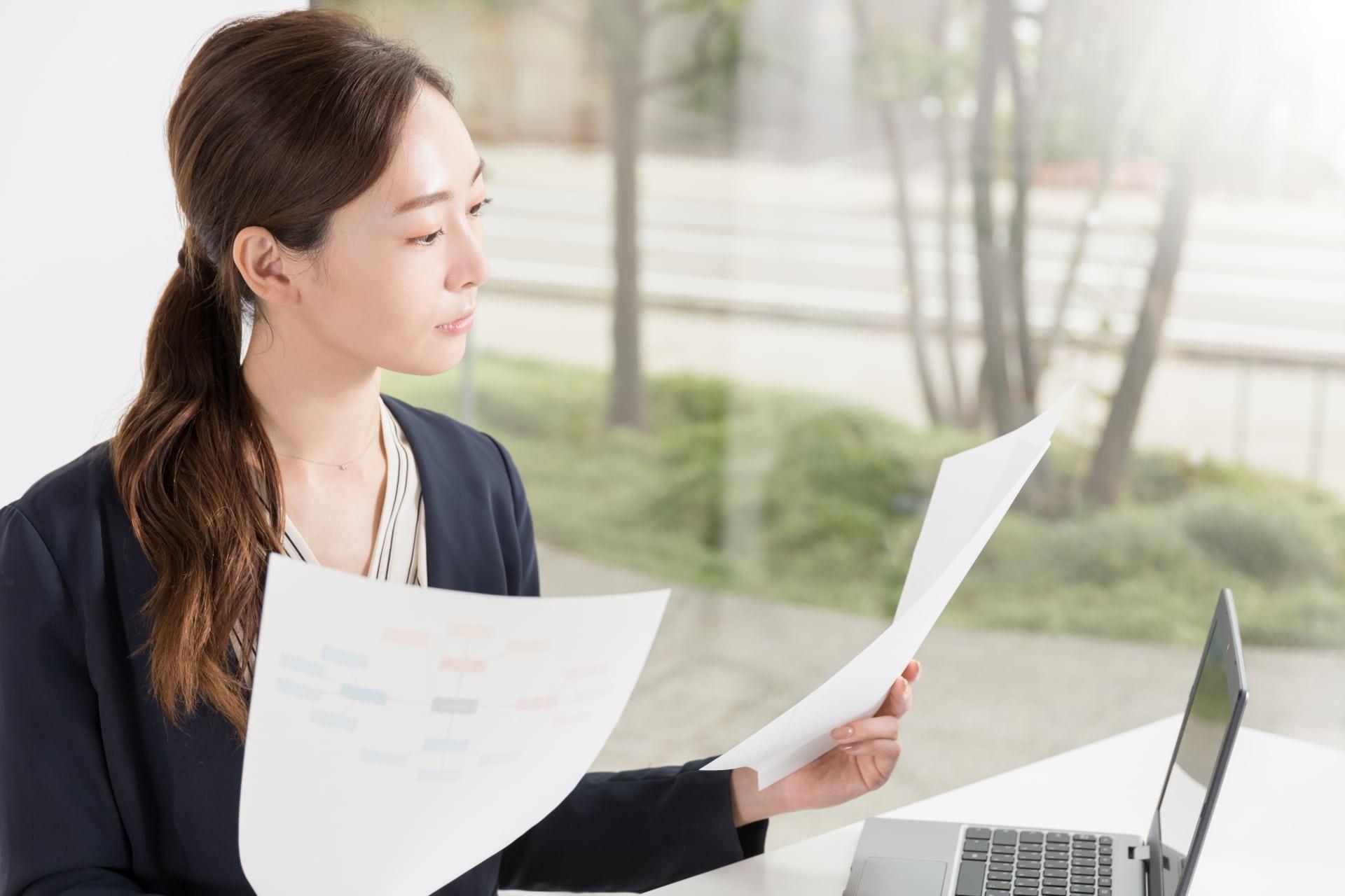 書類を確認する女性