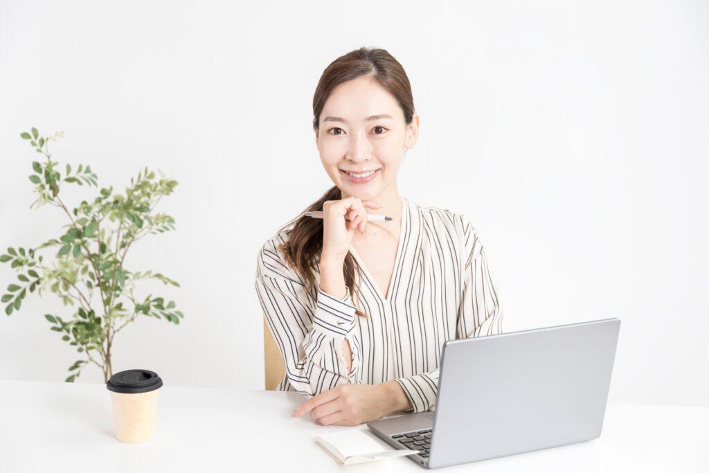 パソコン、笑顔の女性