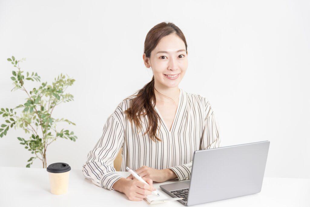 ノートパソコン、笑顔の女性