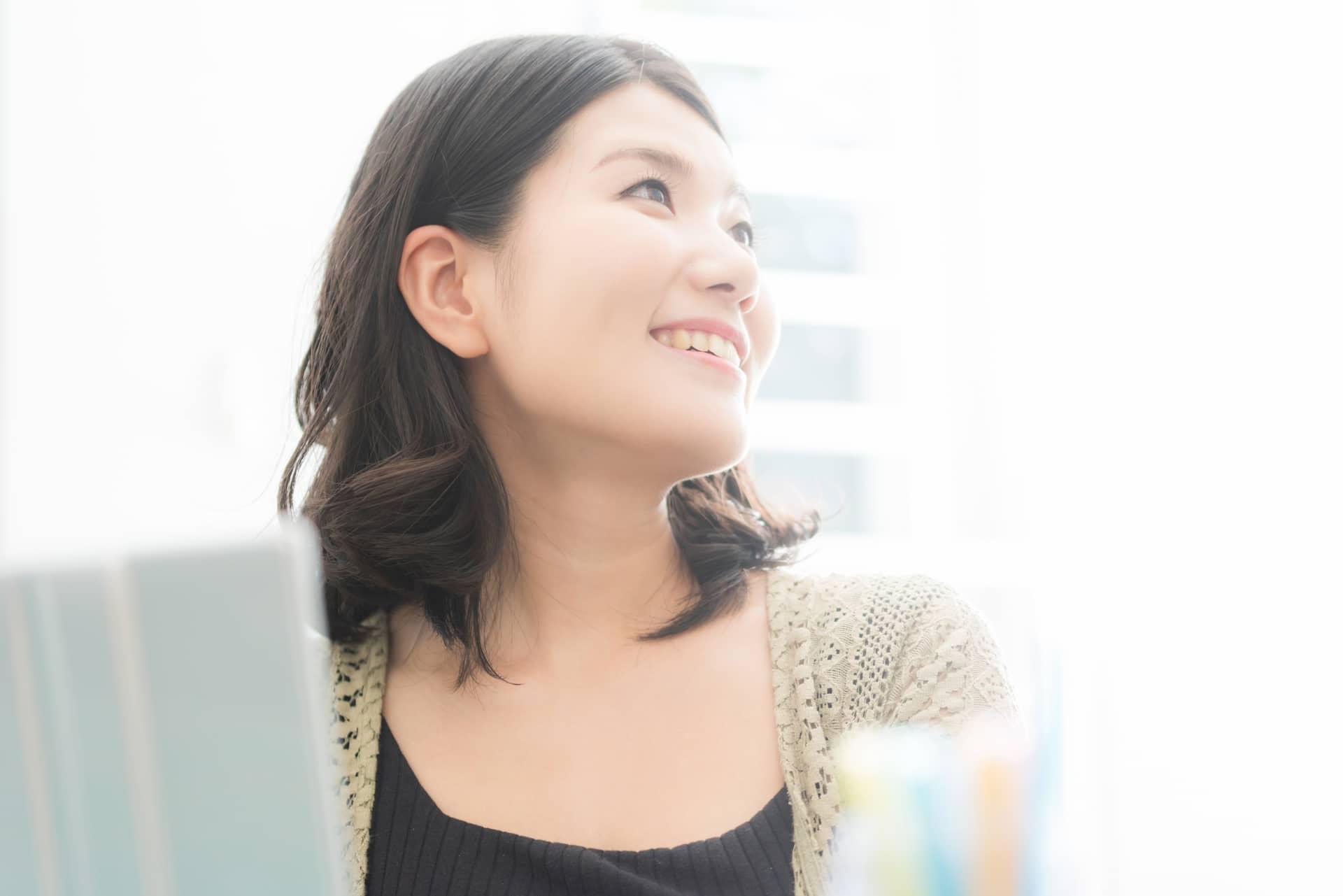 笑顔で上を向く女性