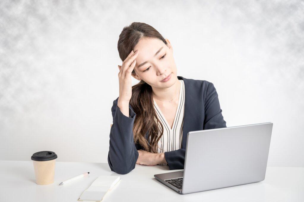 ノートパソコン、悩むビジネスウーマン