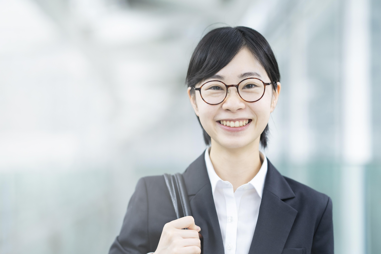 眼鏡で笑顔の女性