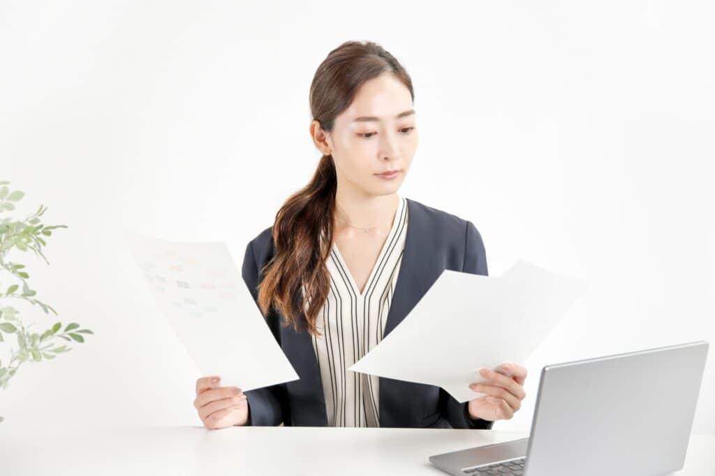 書類確認をする女性