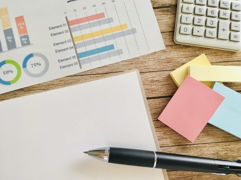 企業分析資料、ペン、付箋