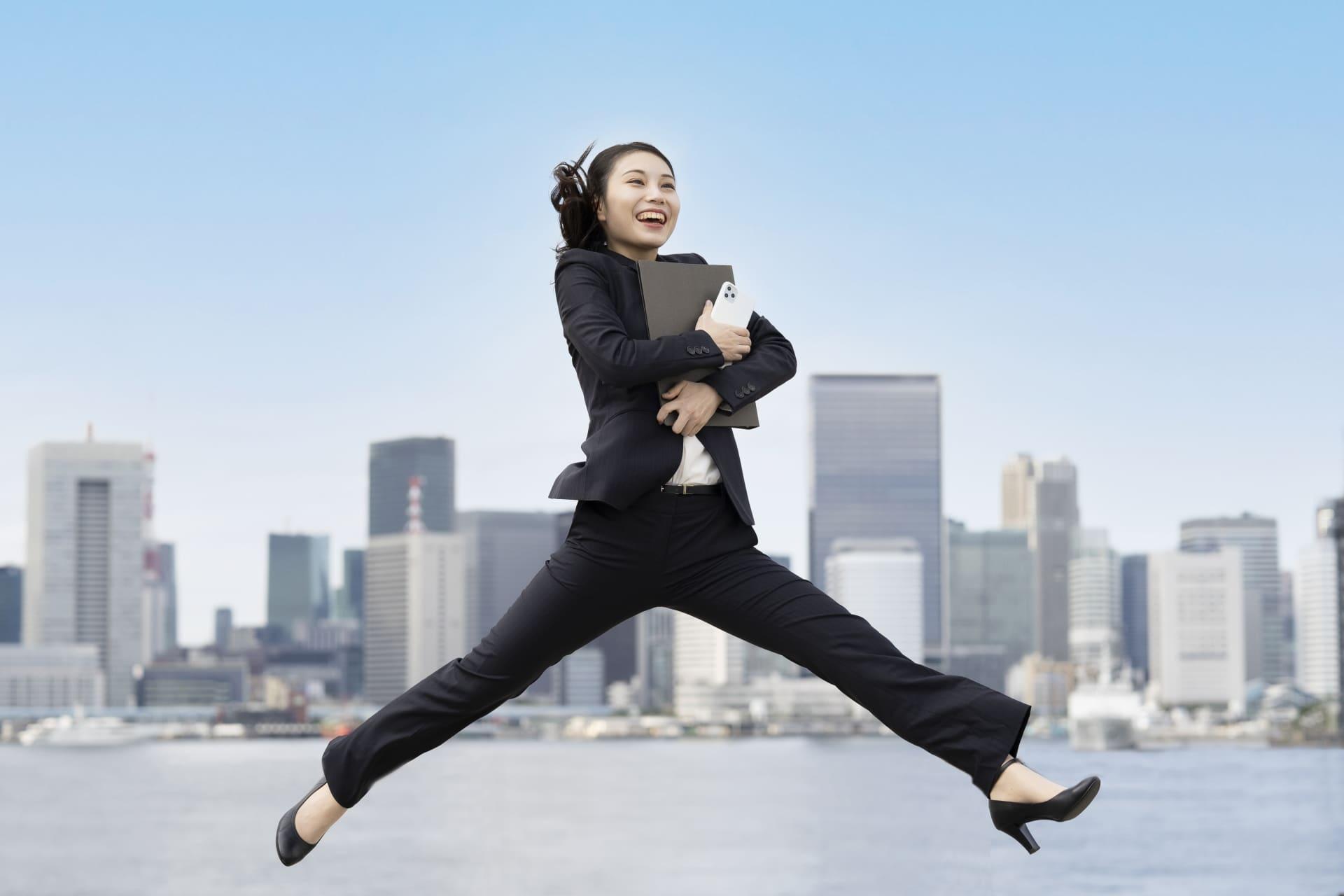 笑顔でジャンプするビジネスウーマン