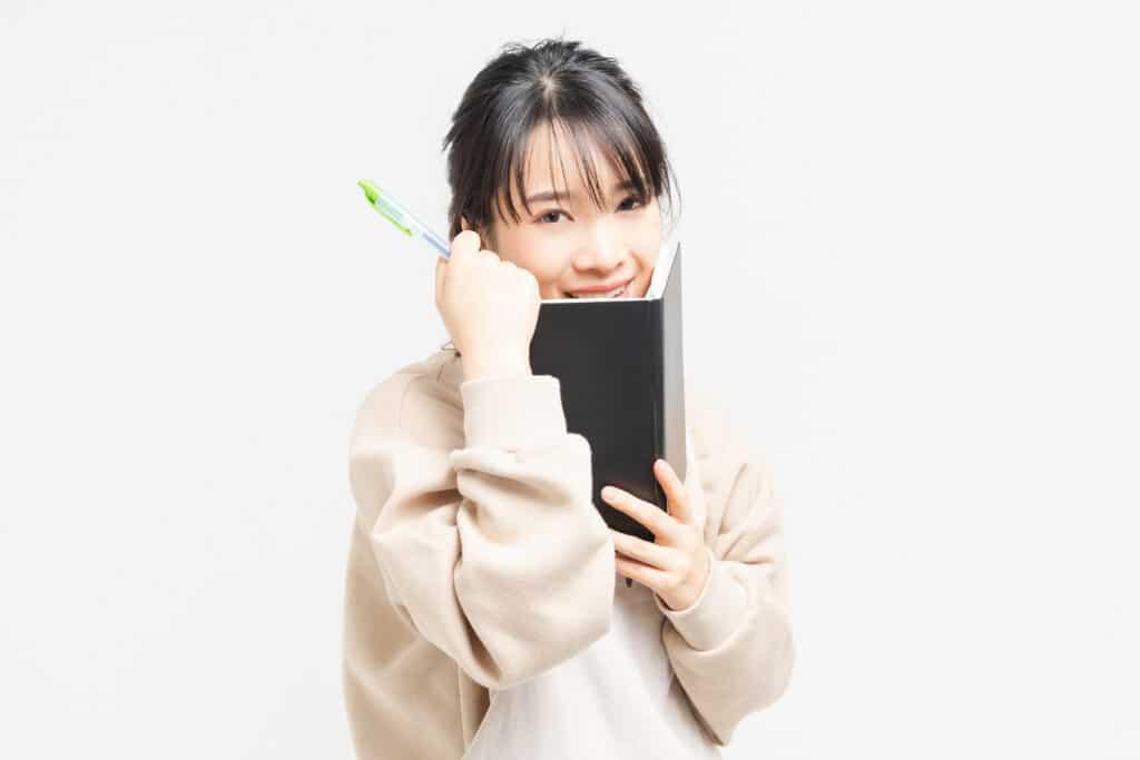 ノートを持つ若い女性