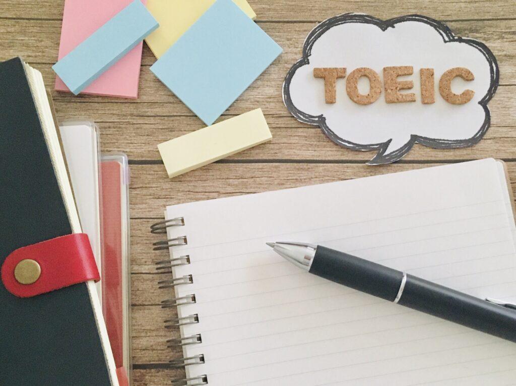 TOIECの文字とノート