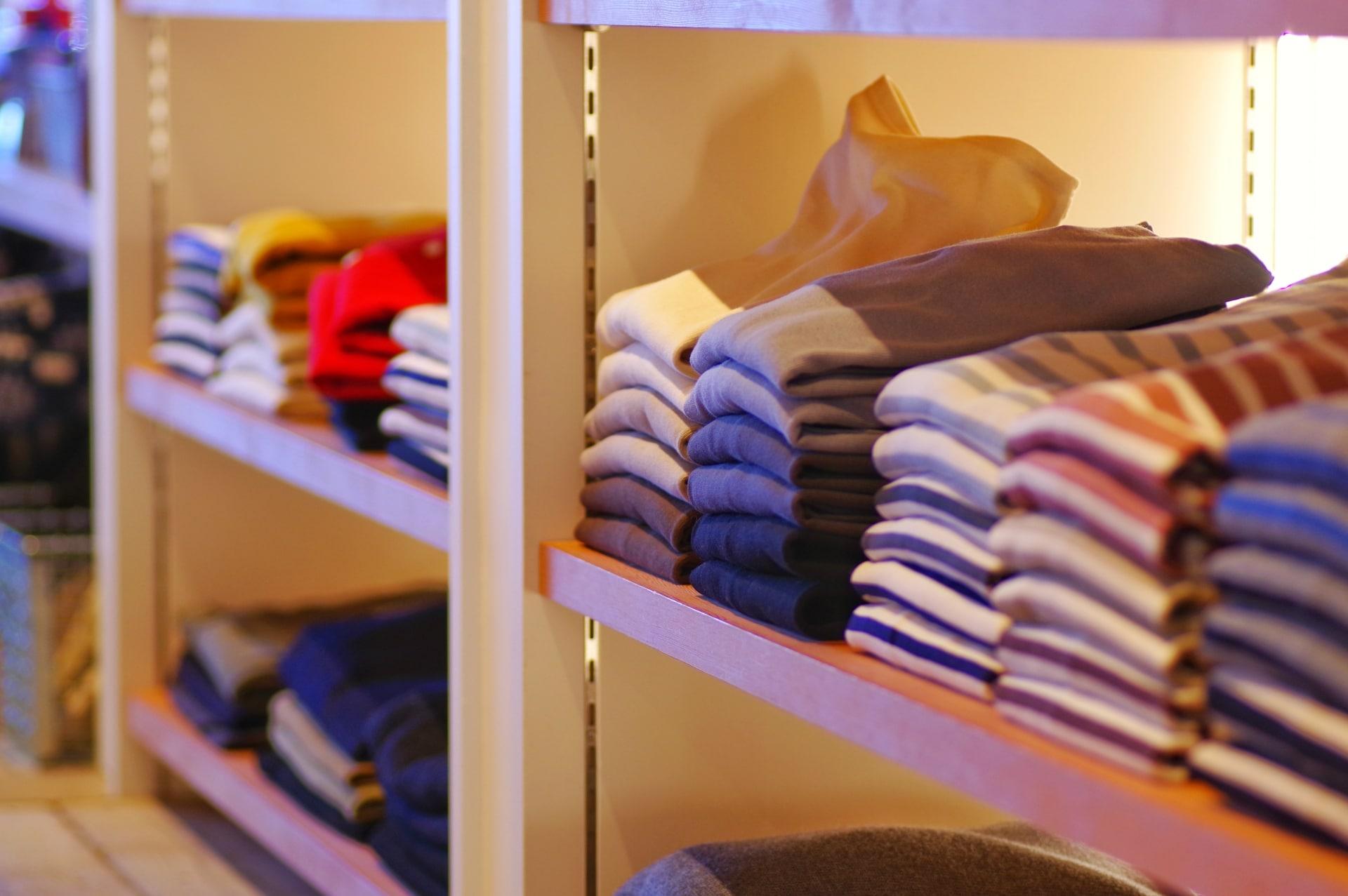 洋服店の棚