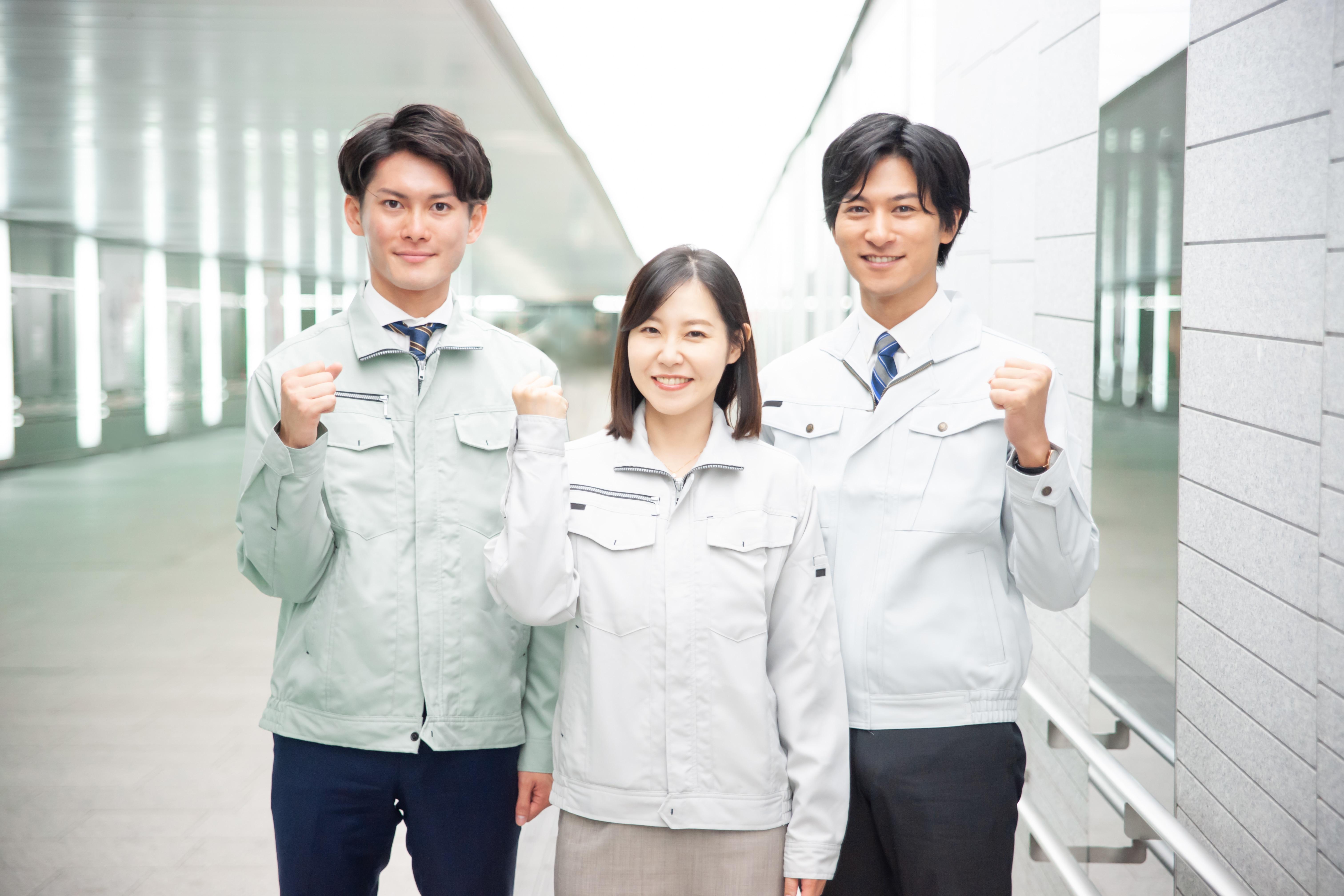 作業服を着た男女