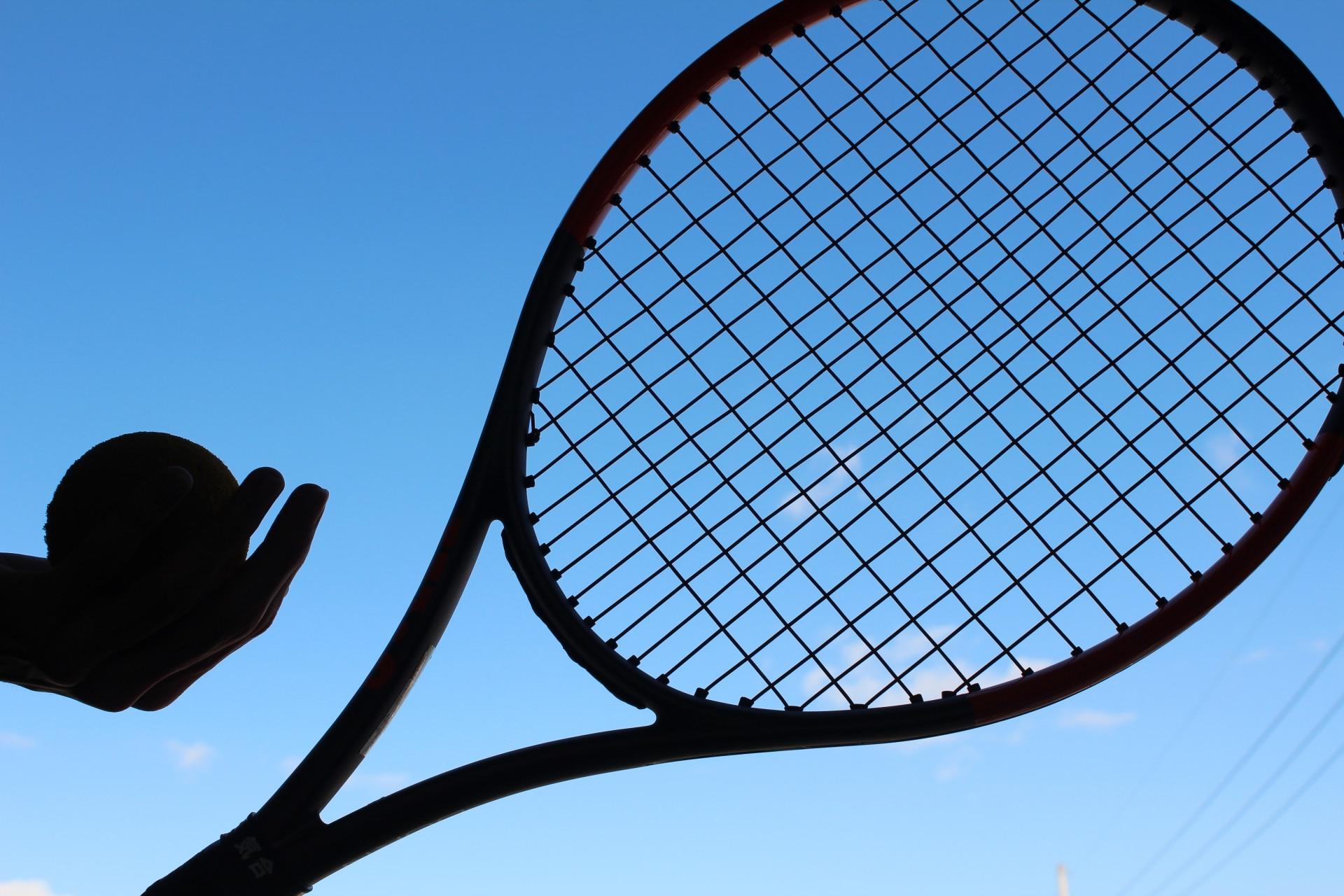 テニスラケットと青空