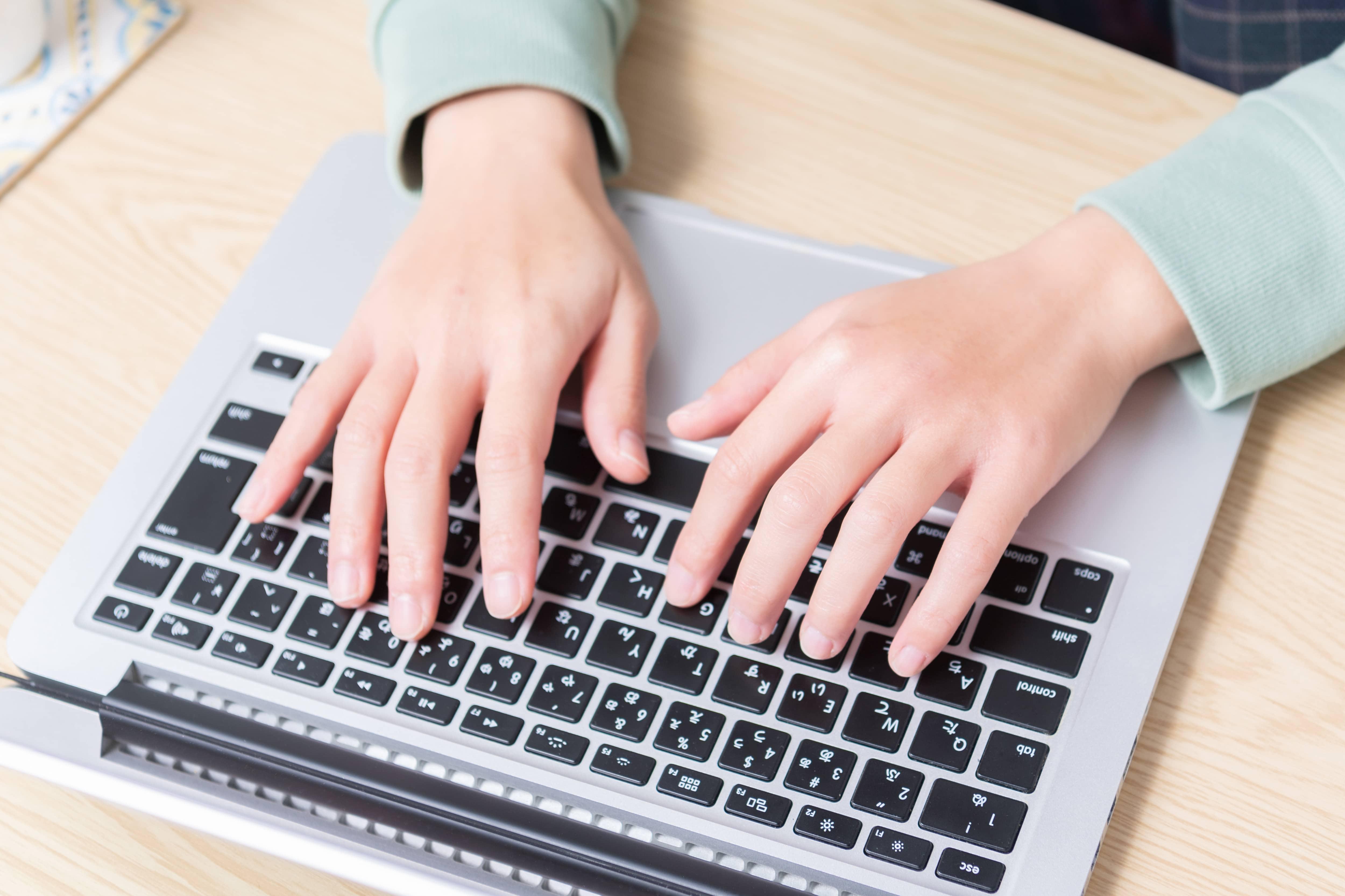 ノートパソコンを打つ女性