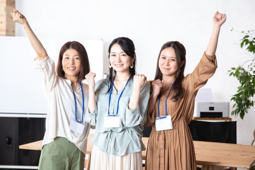 楽しそうに働く女性3人