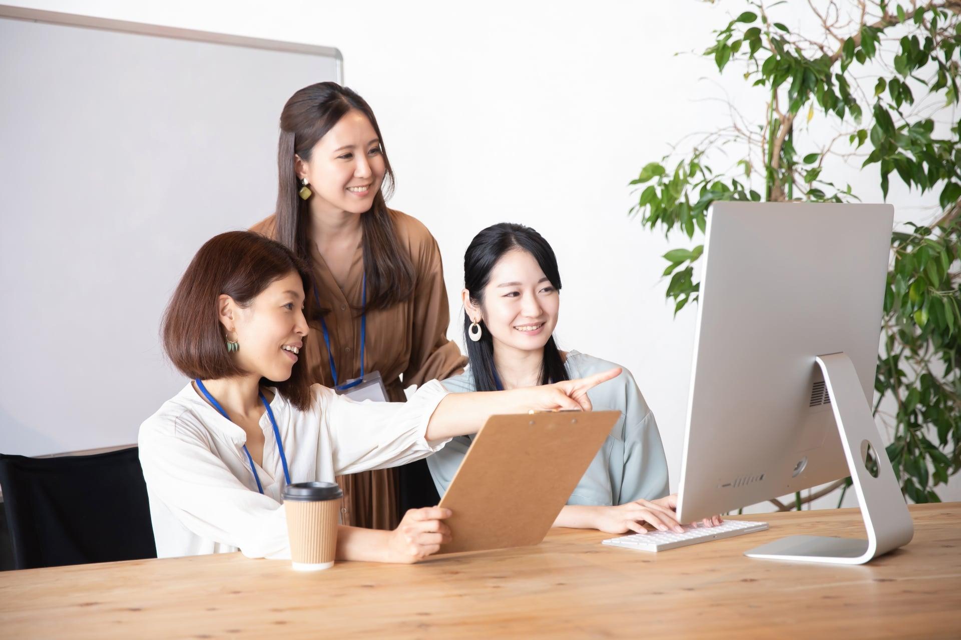 パソコンを見る女性たち