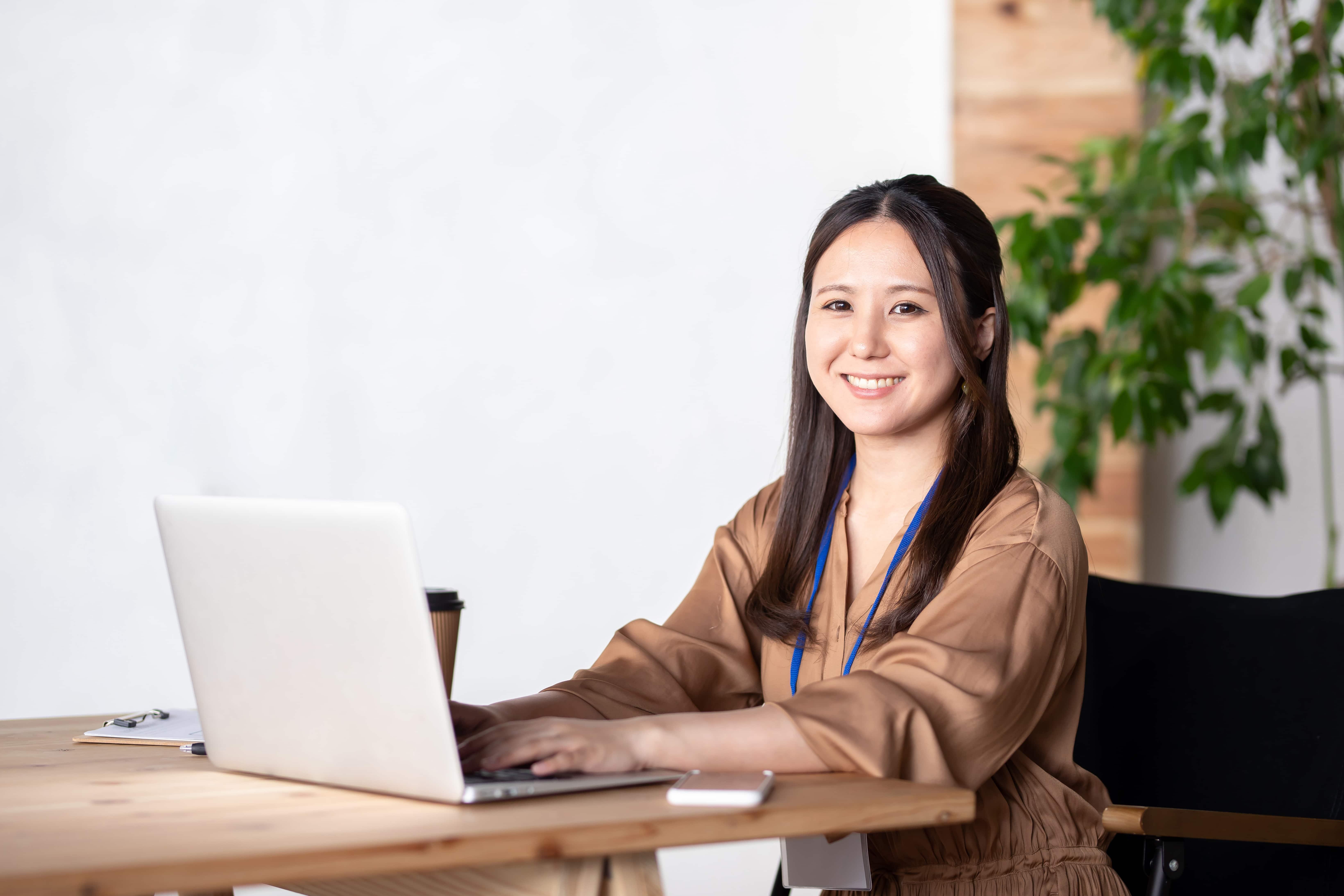パソコン前の女性