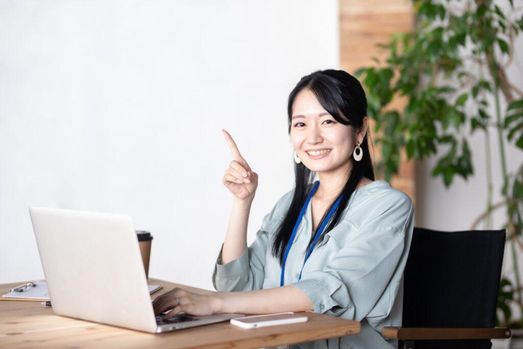 パソコン作業をしながら説明する女性