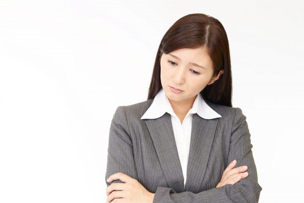 憂鬱な表情のビジネスウーマン
