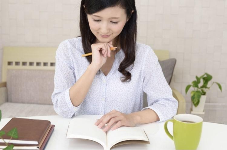 物書きをしている女性