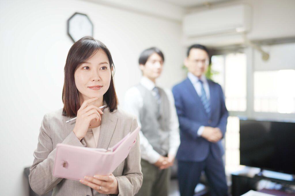 スケジュール帳を持つ女性