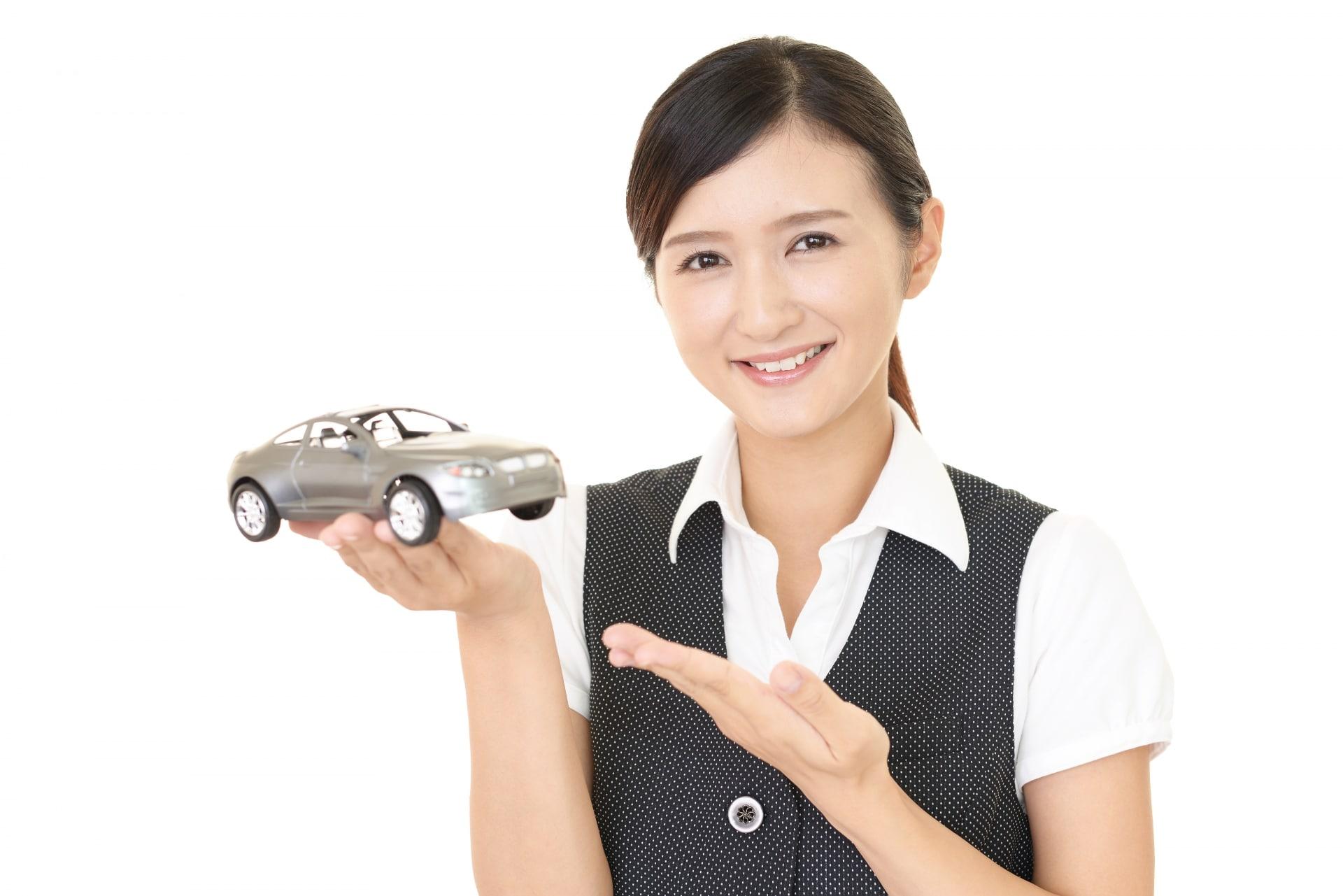 車を持つ女性