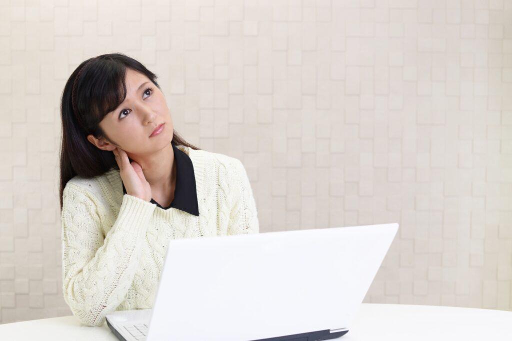 パソコンと考える女性