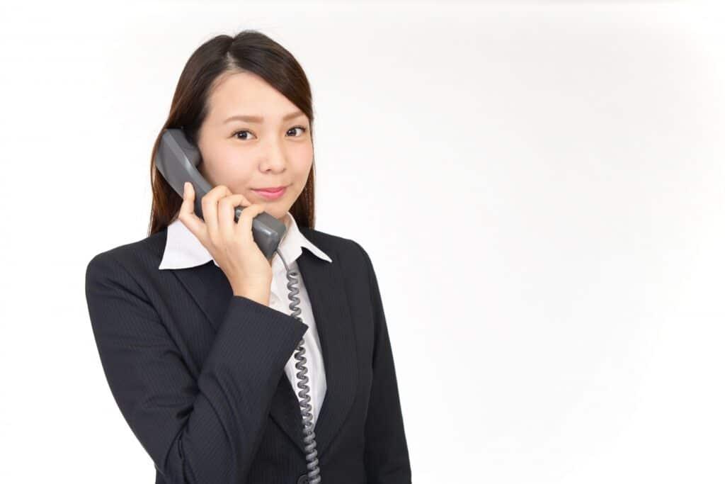 受話器を取るビジネスウーマン