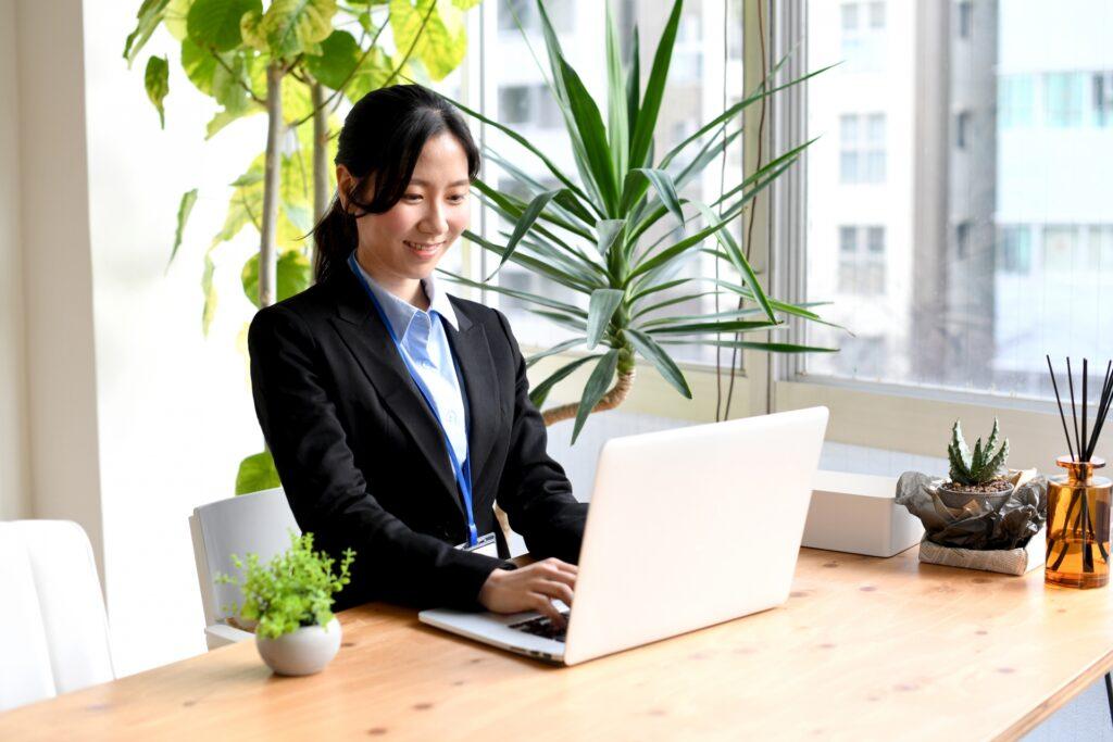 オフィスでPC作業をする女性