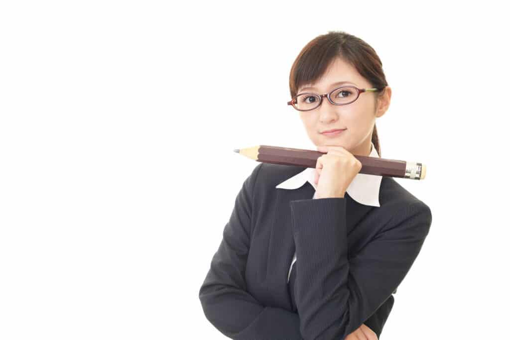 鉛筆を持つ女性