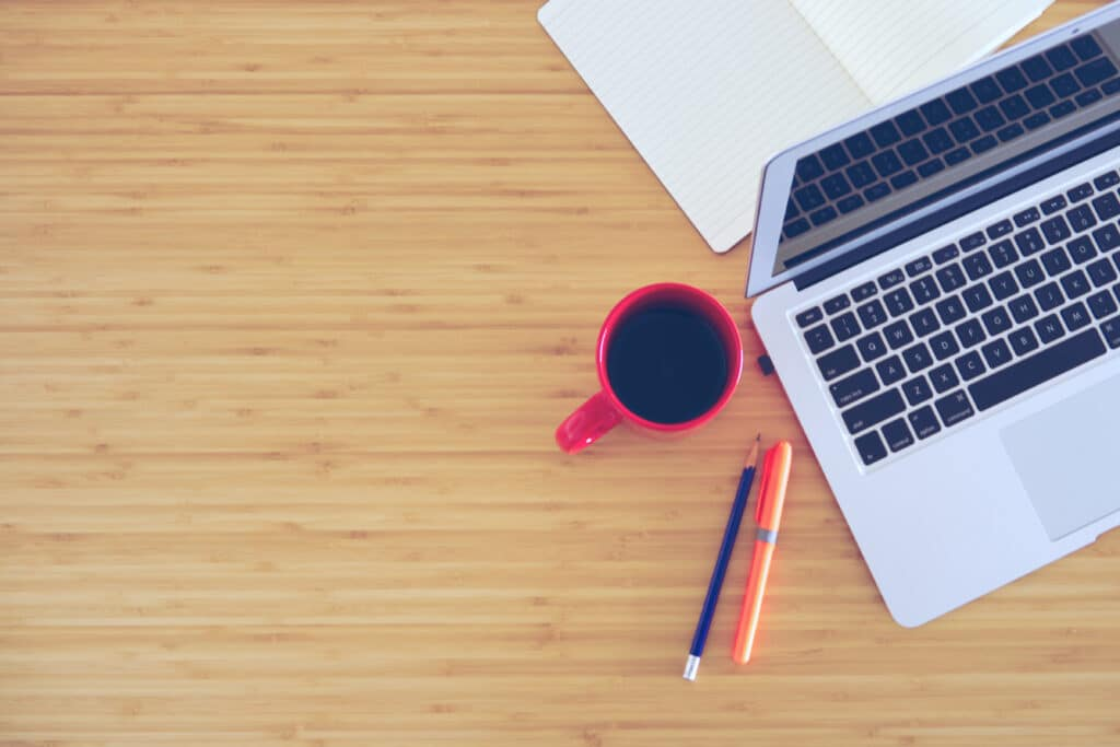 机の上のコーヒーとペン