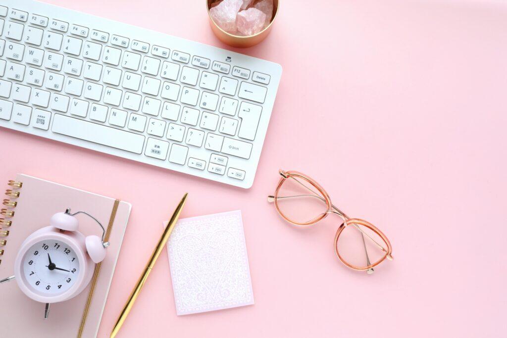 キーボード、メガネ、ペン、時計、ピンク色