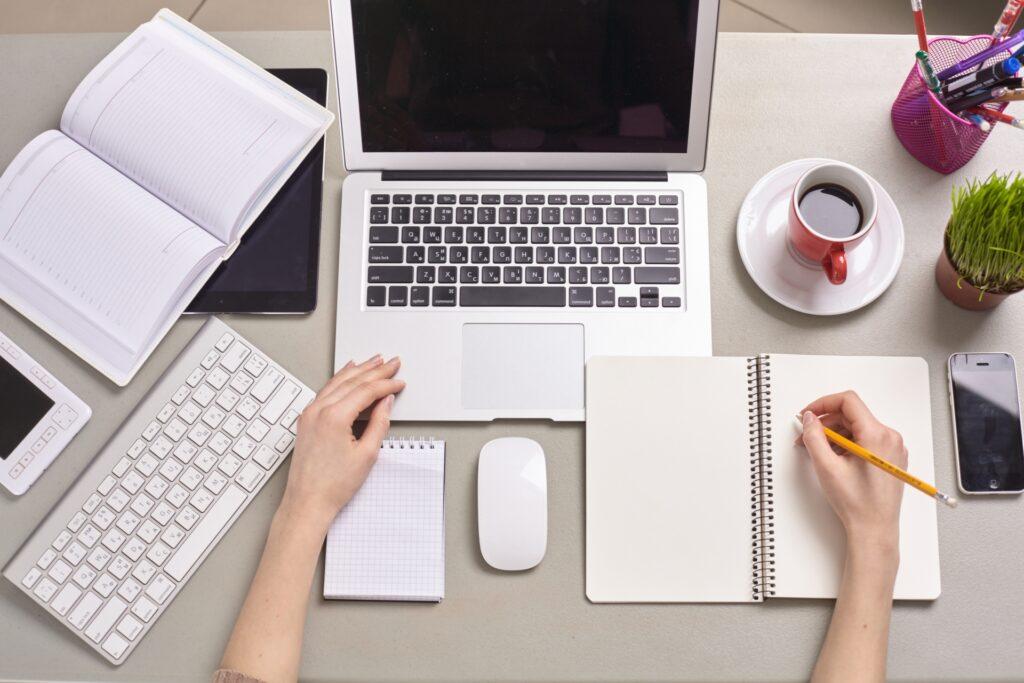 ノートパソコン、ノート、女性の手
