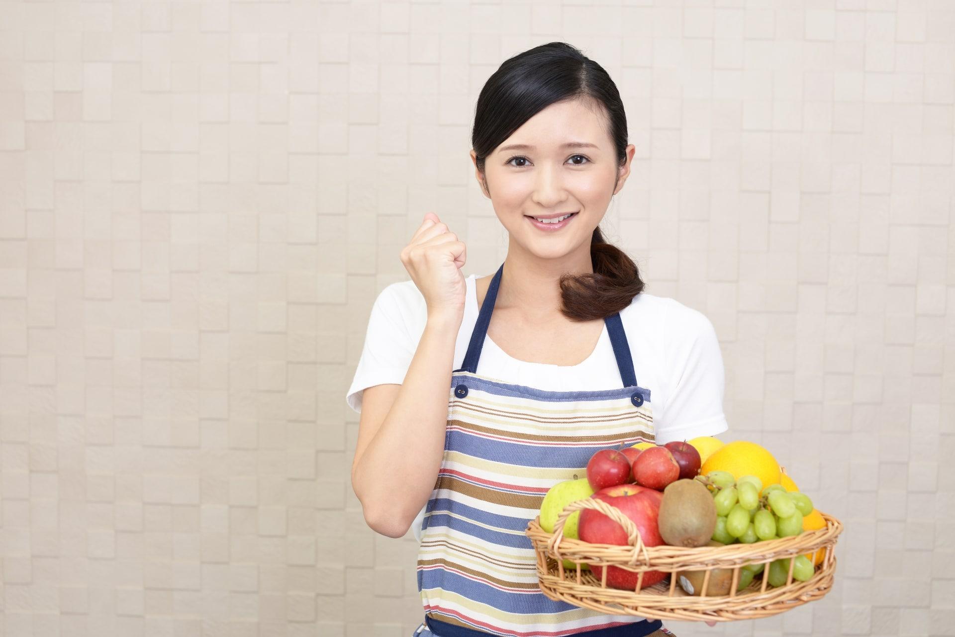 フルーツをもつ女性