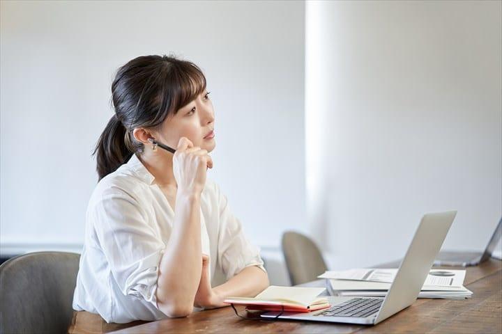 悩む女性、ノートパソコン