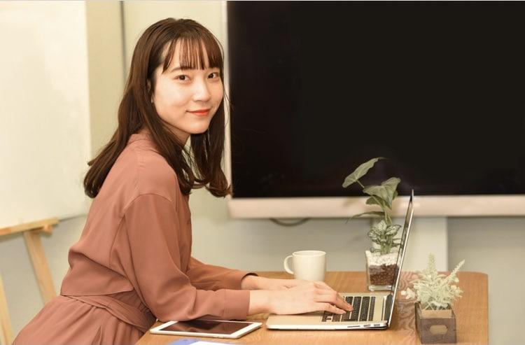 パソコンで仕事する女性の画像