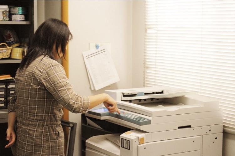 印刷している女性