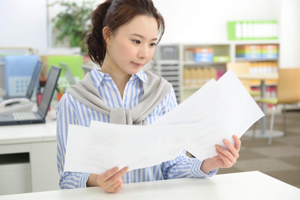 書類を見るビジネスウーマン