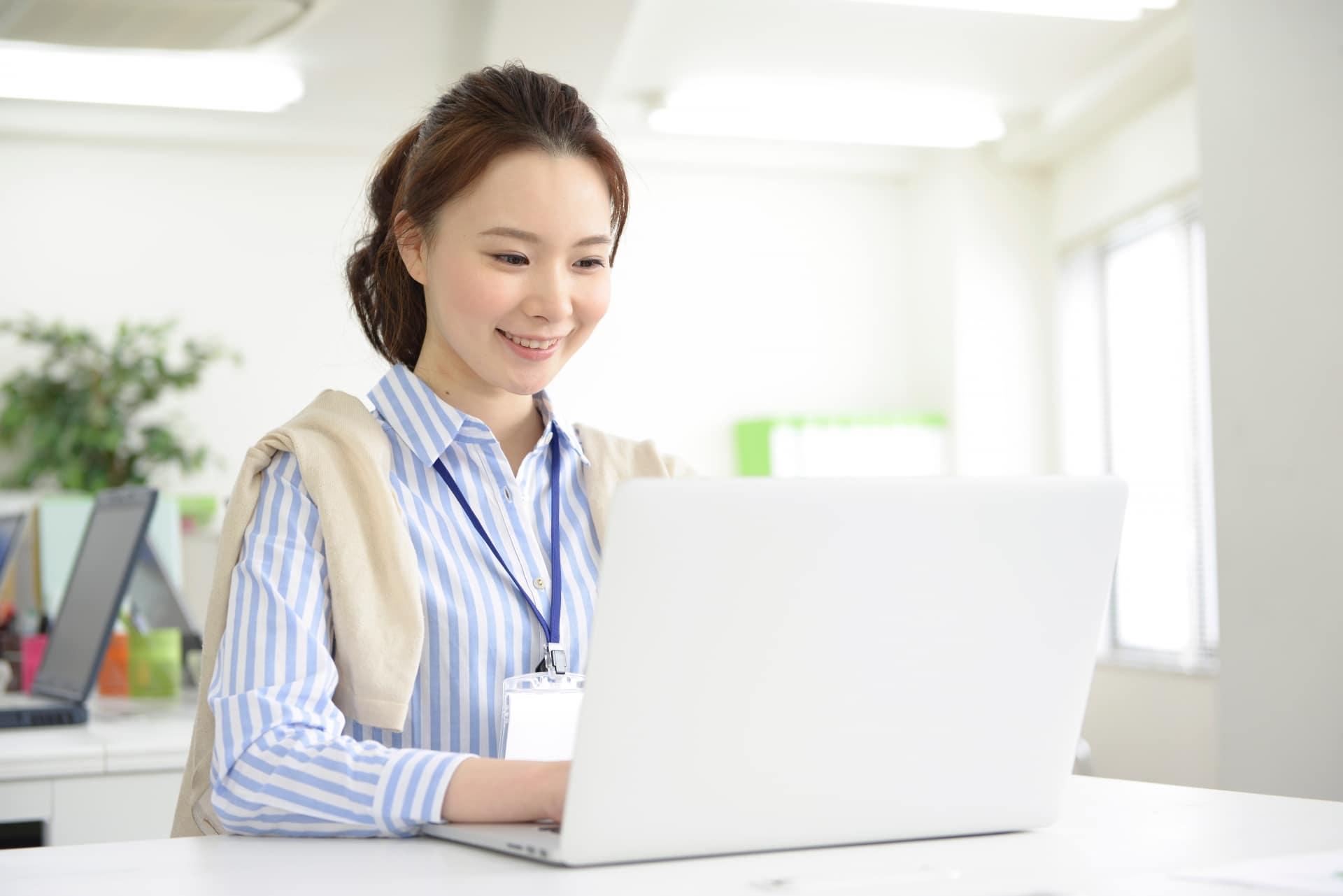 パソコンで仕事をする女性の画像