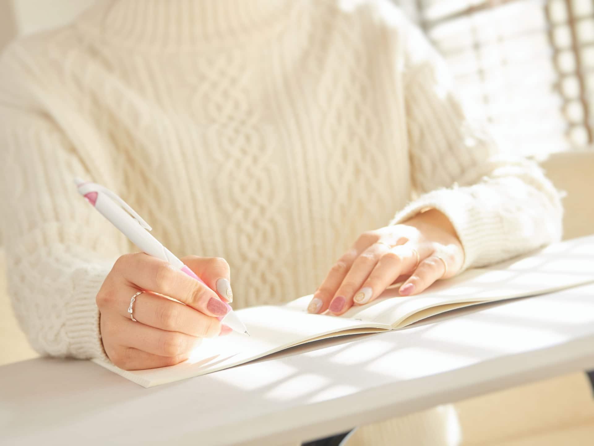 ペンを持つ女性、ノート