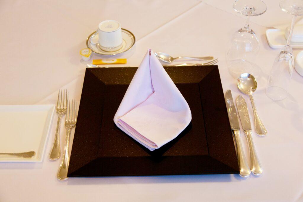 カトラリー、ナプキン、テーブル