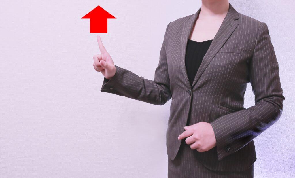 上を向く矢印、女性