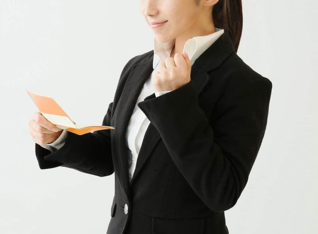 通帳を見てガッツポーズする女性