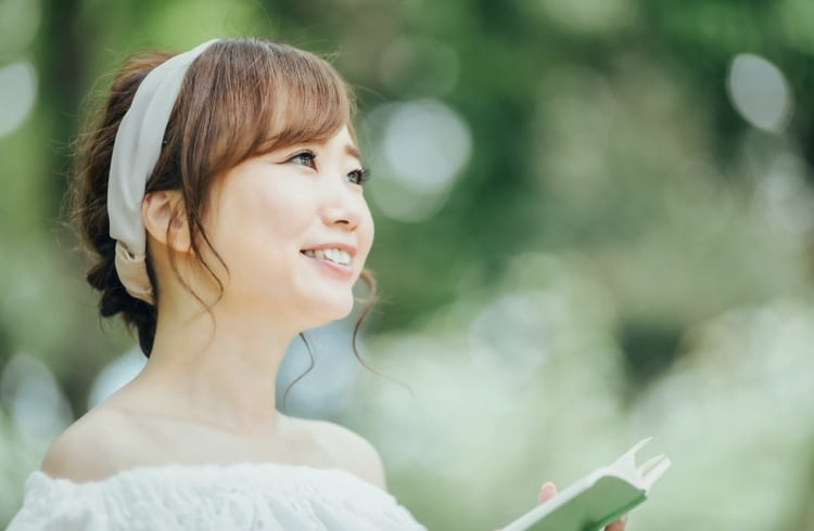 本を開いている女性