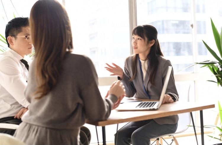 話し合いをしている女性たち