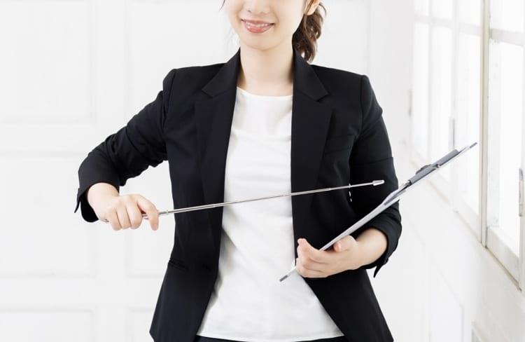 指揮棒を持つ女性