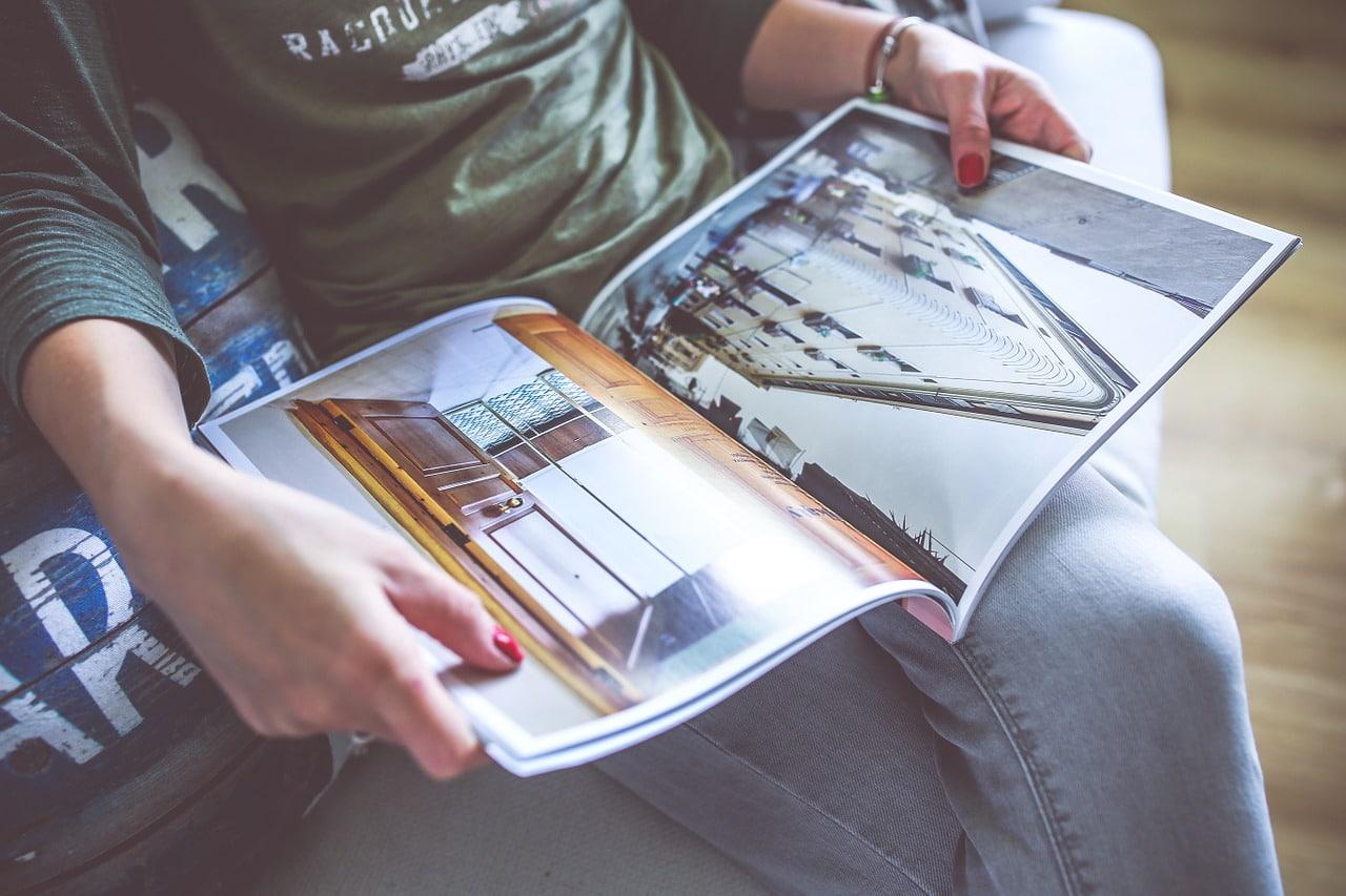 雑誌を読む画像