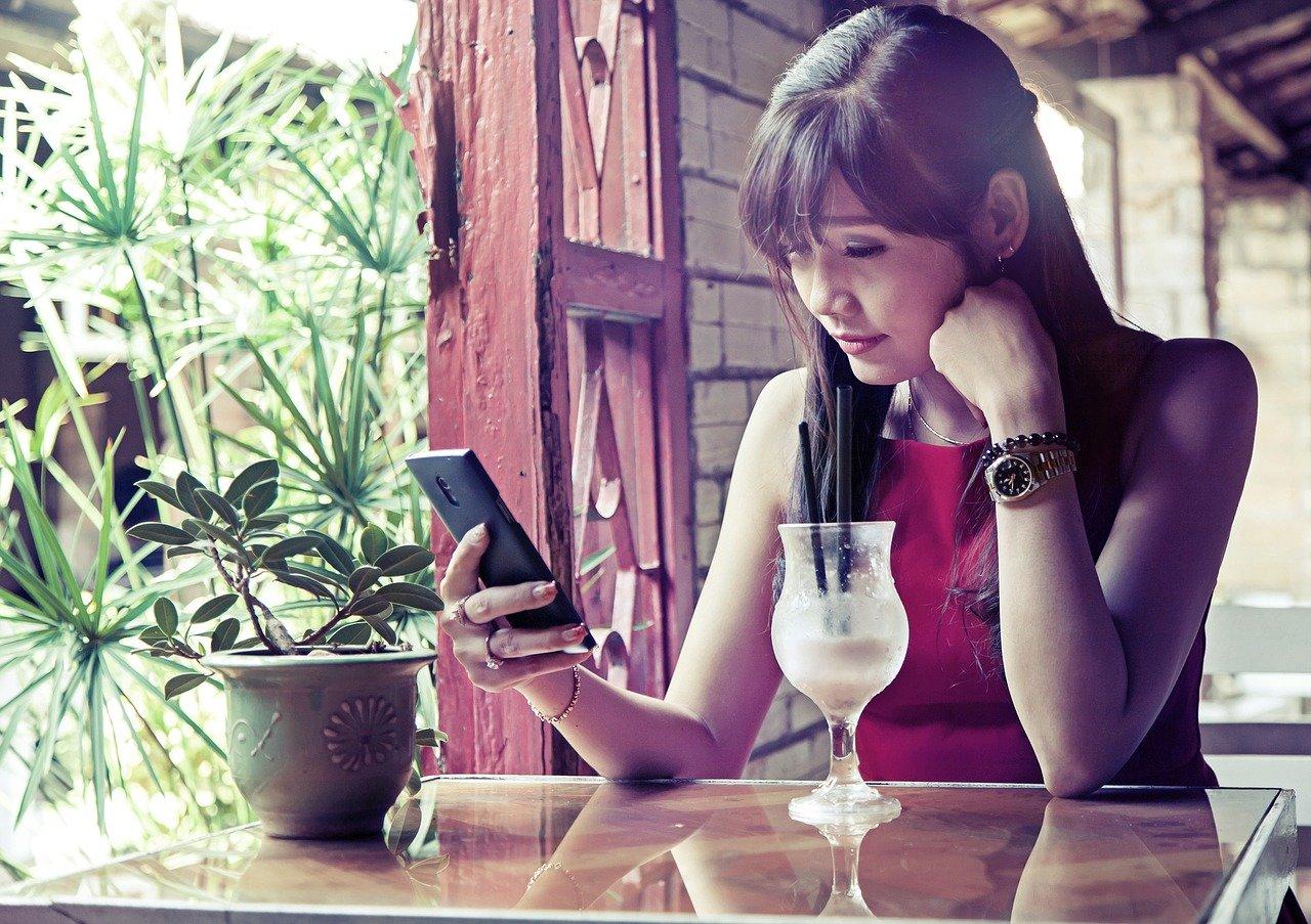 カフェにいる女性の画像